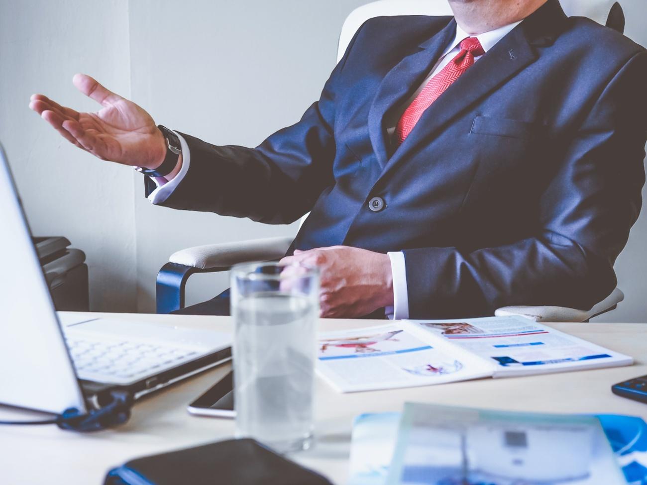 Financial Advisor - Desk - Suit - Laptop - ArchOver-1